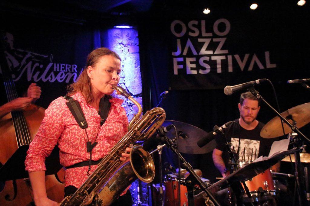 Skal ein snakke om storband i Noreg i dag er det vanskeleg å kome utanom Shannon Mowday. På Herr Nilsen har Mowday med seg sin eigen kvartett, Lila. Foto: Nuno Pissarra/Oslo Jazzfestival