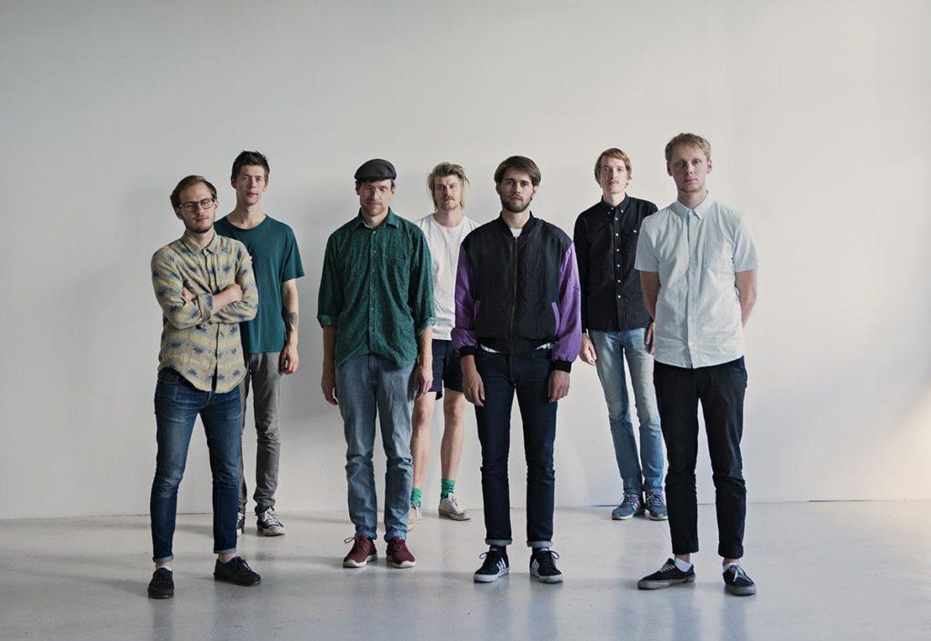 Fra venstre: Martin Myhre Olsen (saksofon), Karl Hjalmar Nyberg (saksofon), Aaron Mandelmann (bass), Petter Kraft (saksofon), Henrik Lødøen (trommer), Andreas Skår Winther (trommer) og Karl Haugland Bjorå (gitar). Foto: Signe Fuglesteg Luksengard