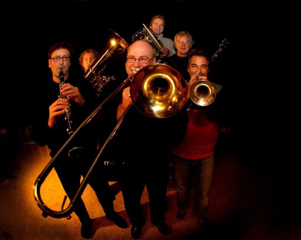 Røshnes Jazz Band 25 år. Jørn Johannessen (foran) og Knut Rømo (bak fra venstre), Hans Magne Enge Hansen, Knut Georg Stenersen, Johnnie Harper og Geir Ellefsen,