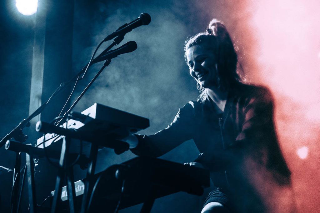 Anja Lauvdal med kompromisslause riff, harmoniar og synthlydar i Broen. Foto: Lars Opstad/Oslo World