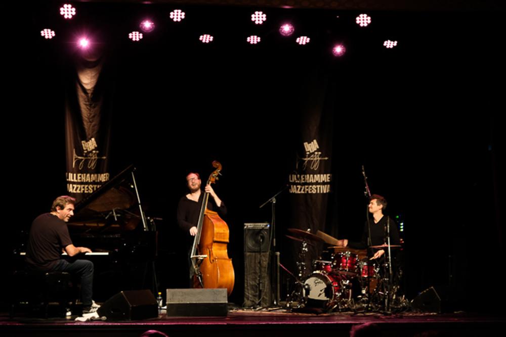 Carsten Dahl (piano) fylte rommet med ei heilt spesiell atmosfære frå første tone, frå første ord. Foto: Torkjell Hovland