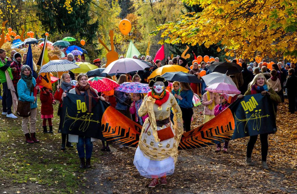 Nydelig stemningsbilde fra fjorårets Dølajazz-parade. Foto: Mette Banken/Dølajazz