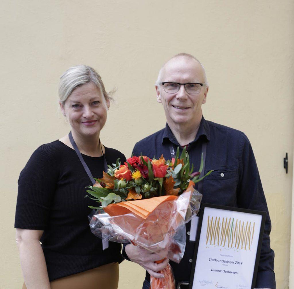 Gunnar Gustavsen mottok Storbandprisen 2019 av Hilde Høgseth fra Norsk jazzforums styre. Foto: Halvor Gudim