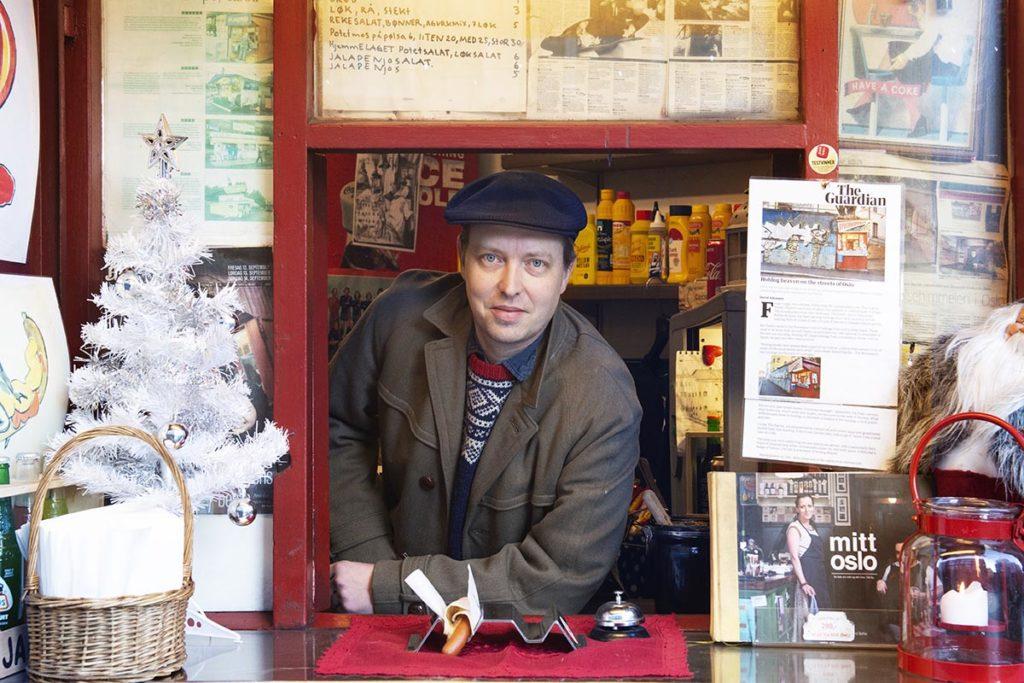 To spesial og det litt brennkvikt! Med dette bildet av juleplateaktuelle Emile the Duke, som en gang i mellom hjelper til i den legendariske Syverkiosken på Aleksander Kiellands plass, ønsker vi velkommen til NTTs tradisjonsrike julespesial. Foto: Jan Tore Eriksen