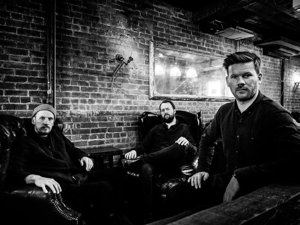 Gard Nilssen's Acoustic Unity, fra venstre: Petter Eldh, Gard Nilssen og André Roligheten. Foto: Peter Gannushkin
