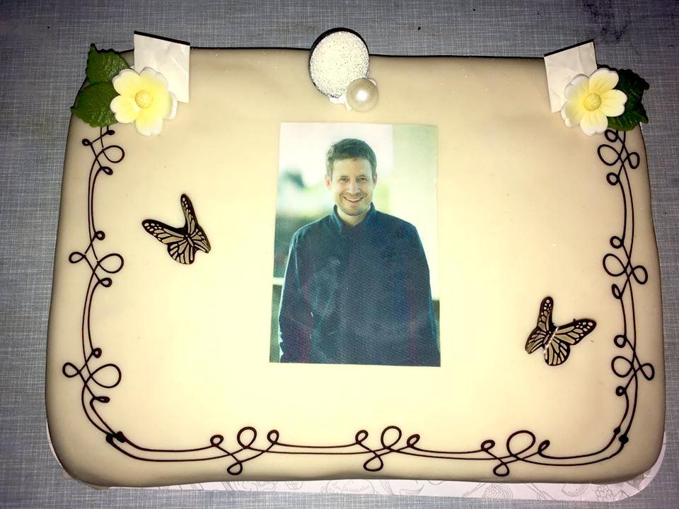 På Hubros jubileumskonsert i  Bergen fikk trommeslager Øyvind Skarbø i oppdrag å bestille kaken. Den ble seende slik ut. Lang reportasje fra jubileumet deres finner du helt nederst i ukas Now's The Time!