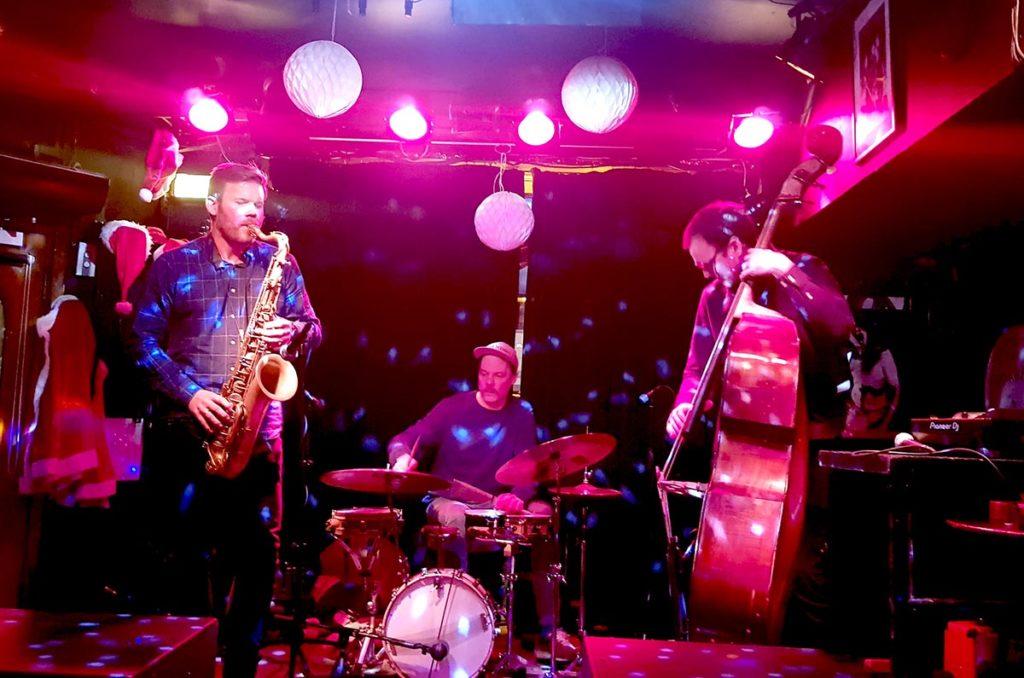 Årets siste konsert for NTT var en fabelaktig opptreden av Skikkelig Jazz Trio på Last Train 30. desember, fra v: André Roligheten, Ståle Liavik Solberg og Per Zanussi. Foto: Camilla Slaattun Brauer