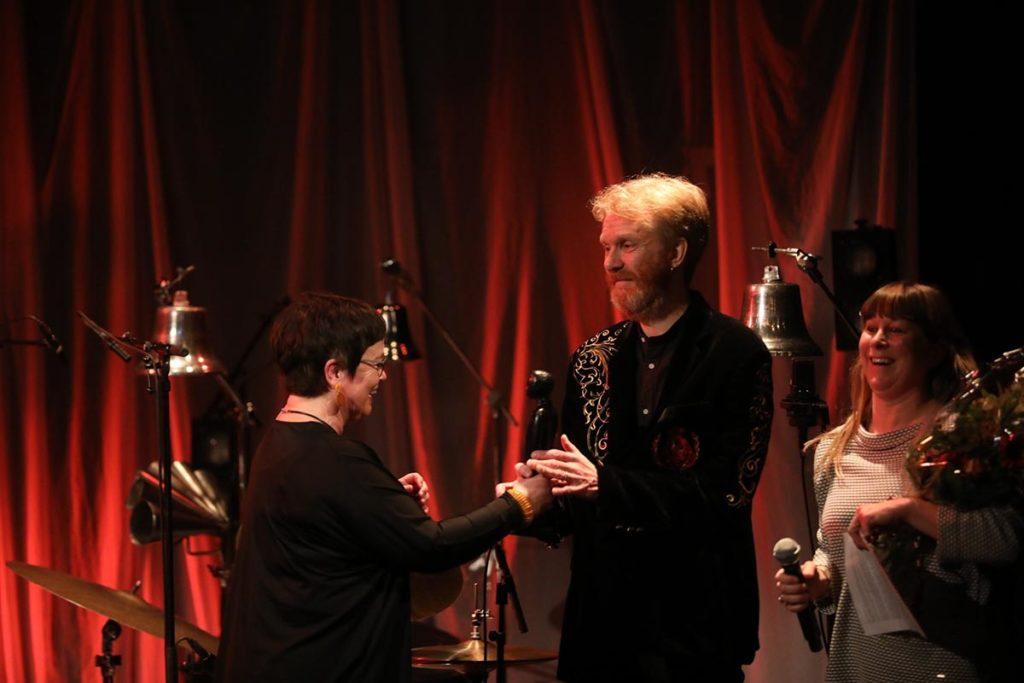 Ståle Storløkken mottok Buddy-statuetten fra styreleder i Norsk jazzforum, Ingrid Brattset. Daglig leder Gry Bråtømyr til høyre. Foto: Nabeeh Samaan