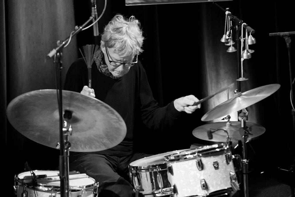 Jon Christensen under en konsert med Jakob Bro, Palle Mikkelborg og Thomas Morgan på Oslo Jazzfestival 2018. Foto: Matija Puzar/Oslo Jazzfestival