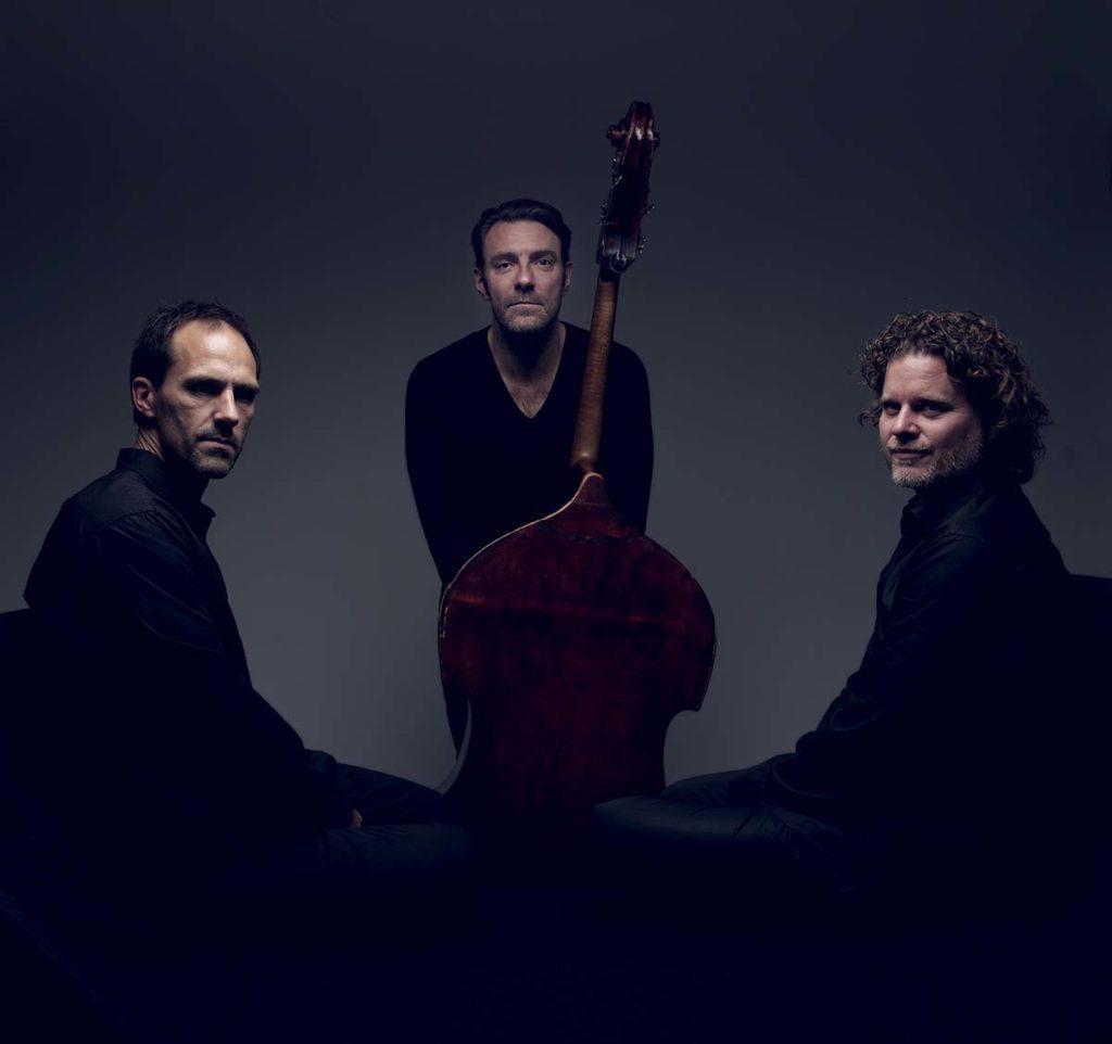 Mats Eilertsen Trio, fra venstre: Thomas Strønen, Mats Eilertsen og Harmen Fraanje. Foto: André Løyning