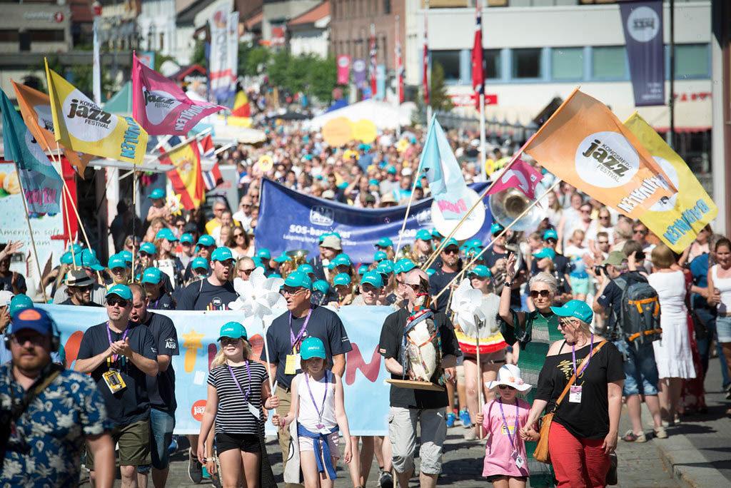 Det blir ingen jazzparade i Kongsberg i år. Her fra jazzparaden i 2019.  Foto: Irene Lislien/Kongsberg Jazzfestival