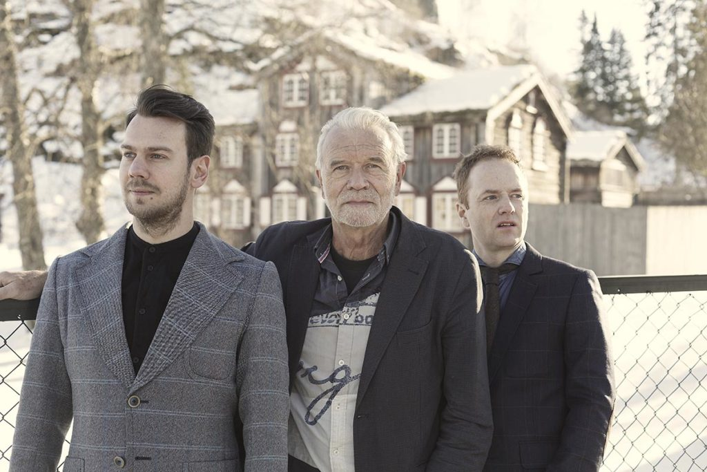 John Pål Inderberg Trio med Trygve Waldemar Fiske (til venstre) på bass og Håkon Mjåset Johansen (til høyre) på trommer. (pressefoto)
