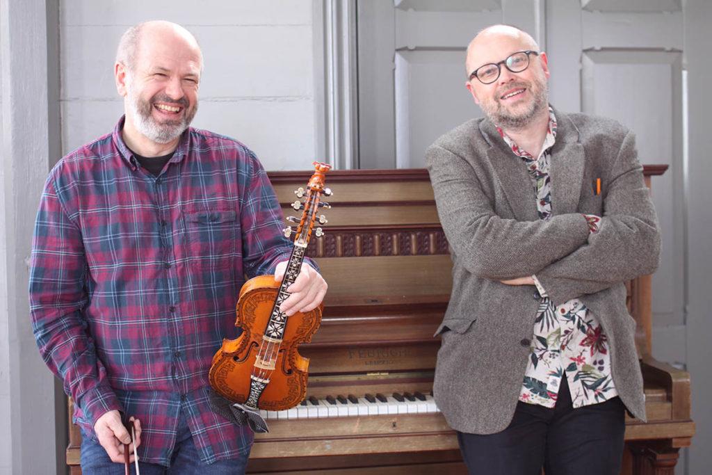 Lørdag 9. mai inviterer Sildajazz og Festiviteten til en intim akustisk konsert med Nils Økland og Sigbjørn Apeland i Teatercafeen i Haugesund. (pressefoto)