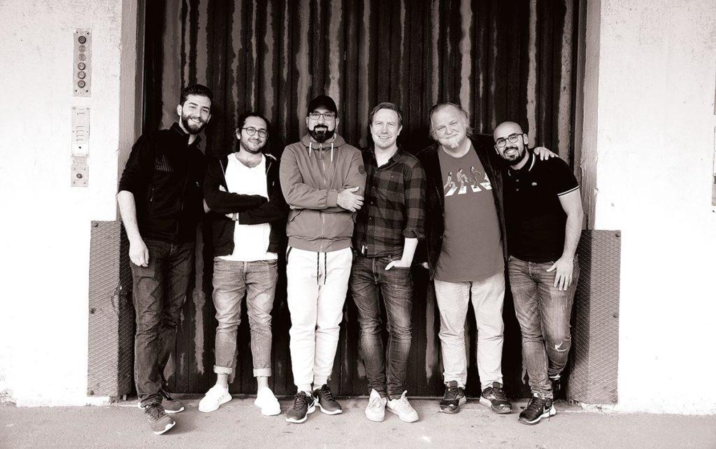 En av årets vakreste platedebuter kommer fra Sharqant. I dette nummeret intervjuer vi gitarist Manar Alhashemi og Knut Reiersrud, som begge er å høre der. Foto: Lene Midling Jensen