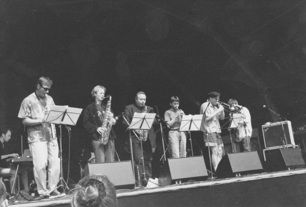 Jazzpunkensemblet i Molde 1998. Fra v.: Christian Wallumrød, Morten Halle, Tore Brunborg, Erik Balke, Arve Henriksen, Torbjørn Sunde, Jon Eberson. Foto: BS.