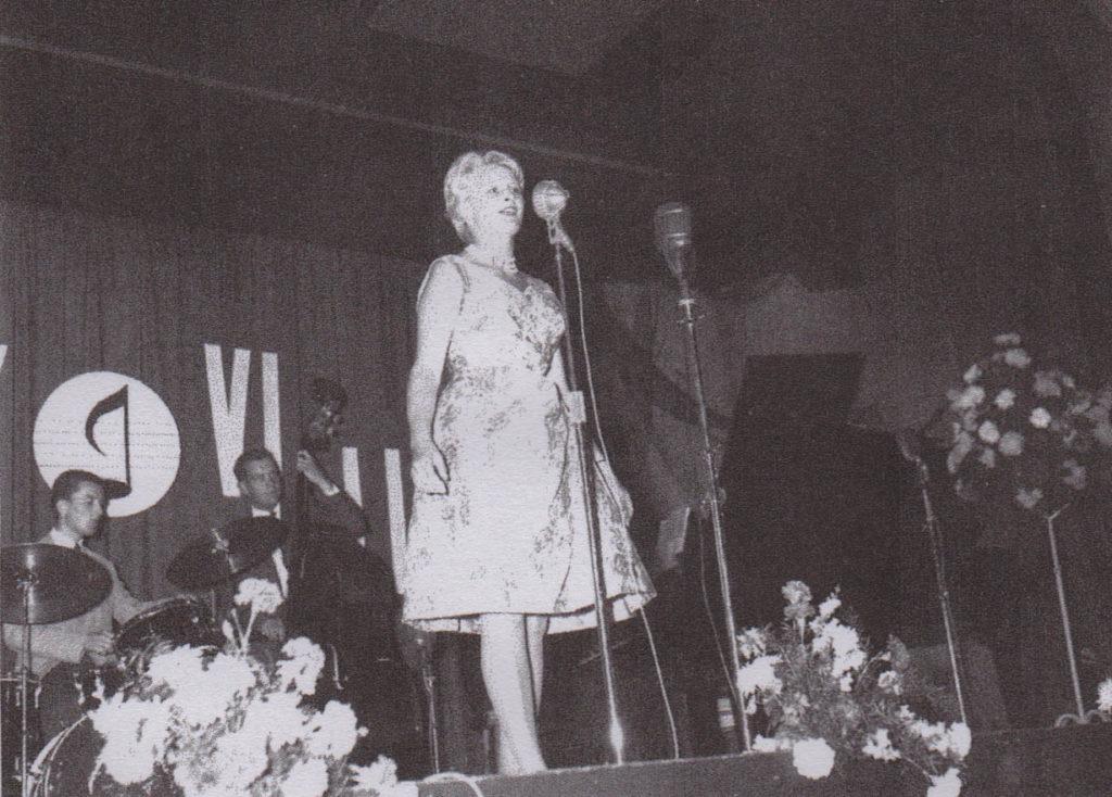 Karin Krog deltok på den første Molde-festivalen i 1961, akkompagnert av Kjell Karlsen (piano, men ikke synlig), Erik Amundsen (bass) og Ole Jacob Hansen (trommer). Foto kreditert Knut Bugge, hentet fra Terje Mosnes' bok «Ut av det blå».