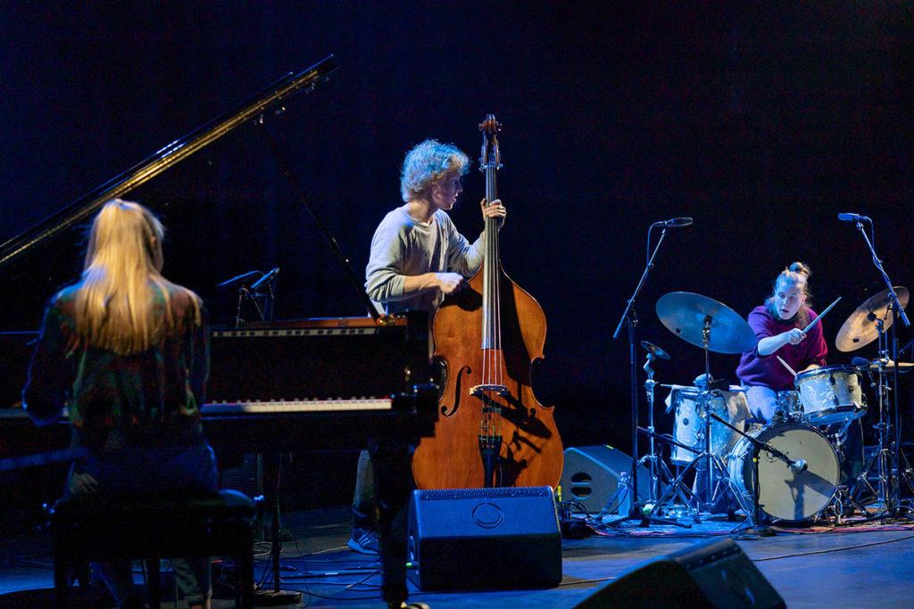 Kongle Trio: Liv Andrea Hauge (piano), Øystein Skjelstad Østensen (bass) og Veslemøy Narvesen (trommer).  Foto: Thor Egil Leirtrø/Moldejazz
