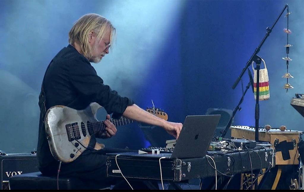 Eivind Aarset spiller med sin kvartett med Audun Erlien (bass), Wetle Holte (trommer) og Erland Dahlen (trommer). (skjermdump: Jazz på Sentralen)