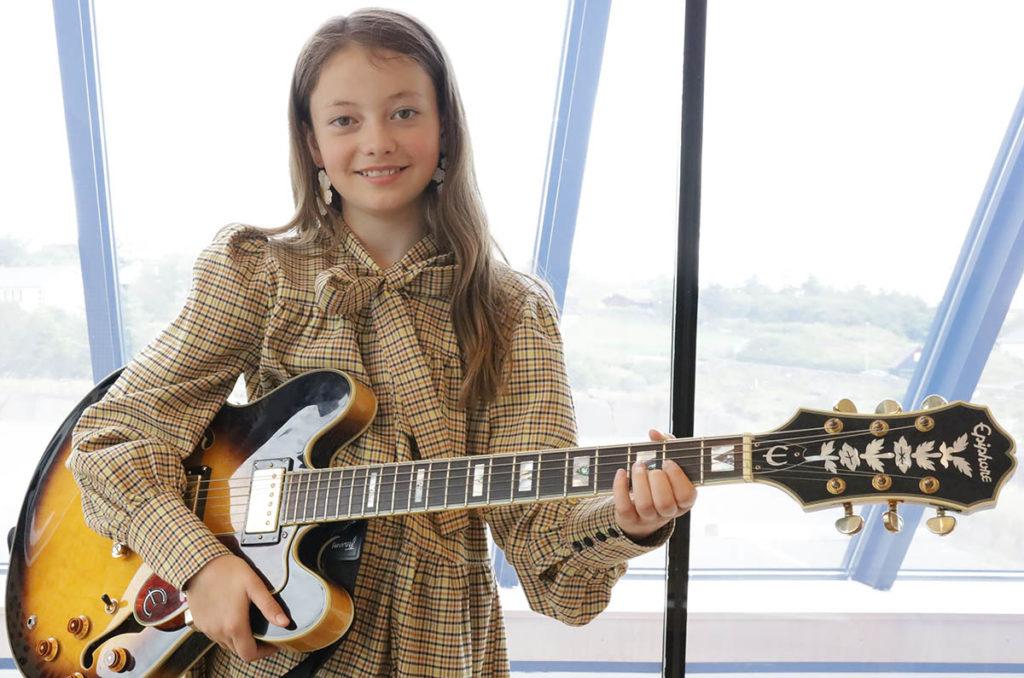 11 år gamle Bjalla Beintudóttir Dalsgarð fra Færøyene spiller på åpningskonserten fredag 7. august. Foto: Improbasen