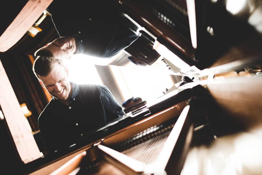Dag-Filip Roaldsnes i naturlige omgivelser. Pianisten/komponisten er master i utøvende jazzpiano fra Norges musikkhøgskole (2013) og kan skilte med blant annet Ungjazzprisen i 2012 og Kunstnerstipend fra Møre og Romsdal fylkeskommune i 2017. Nå er han klar med det trilogiavsluttende albumet «Resonans» og spiller lanseringskonsert med sitt ensemble fredag kveld i Ålesund. (pressefoto)