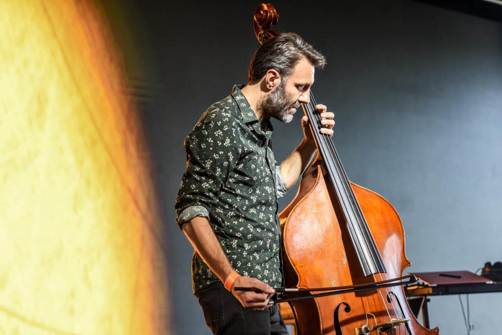 Mats Eilertsen alene på scenen med «Reveries and Revelations» . Foto: Petter Sandell/Punkt
