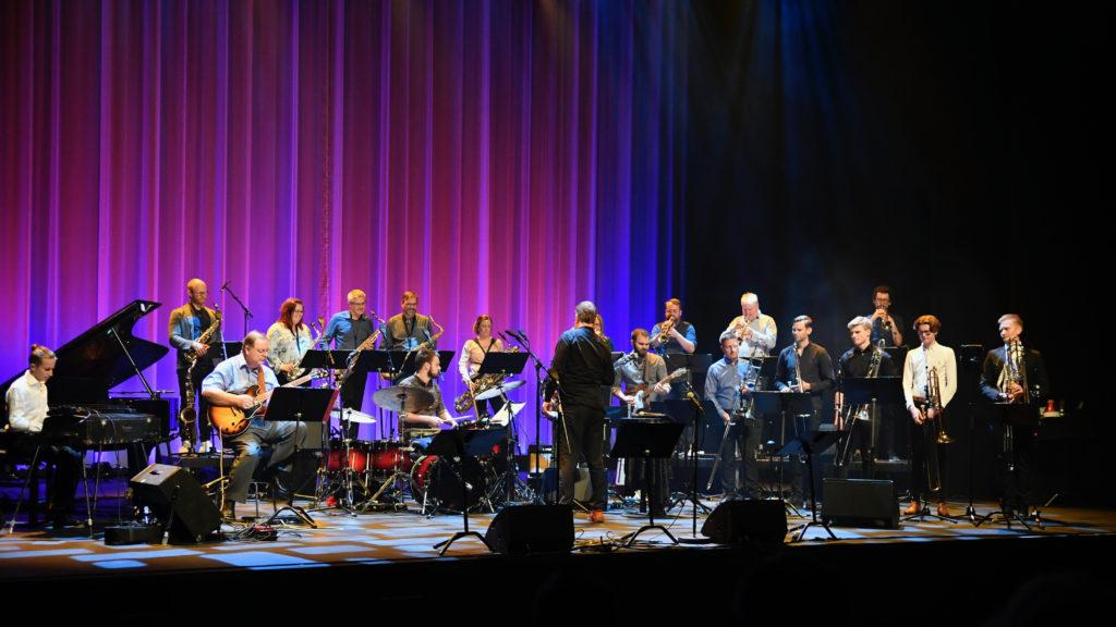 Ervik storband og dirigent Jon Sjøen spilte sammen med musikere fra Oslo jazzensemble i Harstad kulturhus 13.sep 2020. Foto: Jan Henry Storhaug