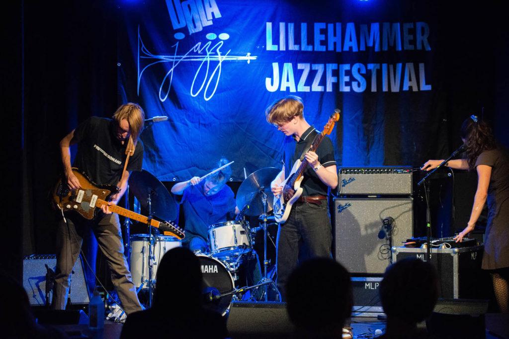 Fjorårets talentprisvinner, Eskild Myrvoll (nummer 3 fra venstre) med Christian Winter, Veslemøy Narvesen og Maja S.K. Ratkje. Foto: Lasse Viig Syversen/Dølajazz