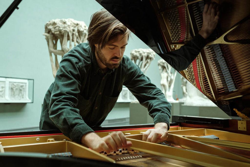 Kjetil Mulelid soloplatedebuterer med albumet Piano på Rune Grammofon i dag. Han er en av pianistene vi har intervjuet til Jazznytts store pianofeature - og sammen med Christian Wallumrød innleder han NTTs utvida pianounivers, naturligvis titulert