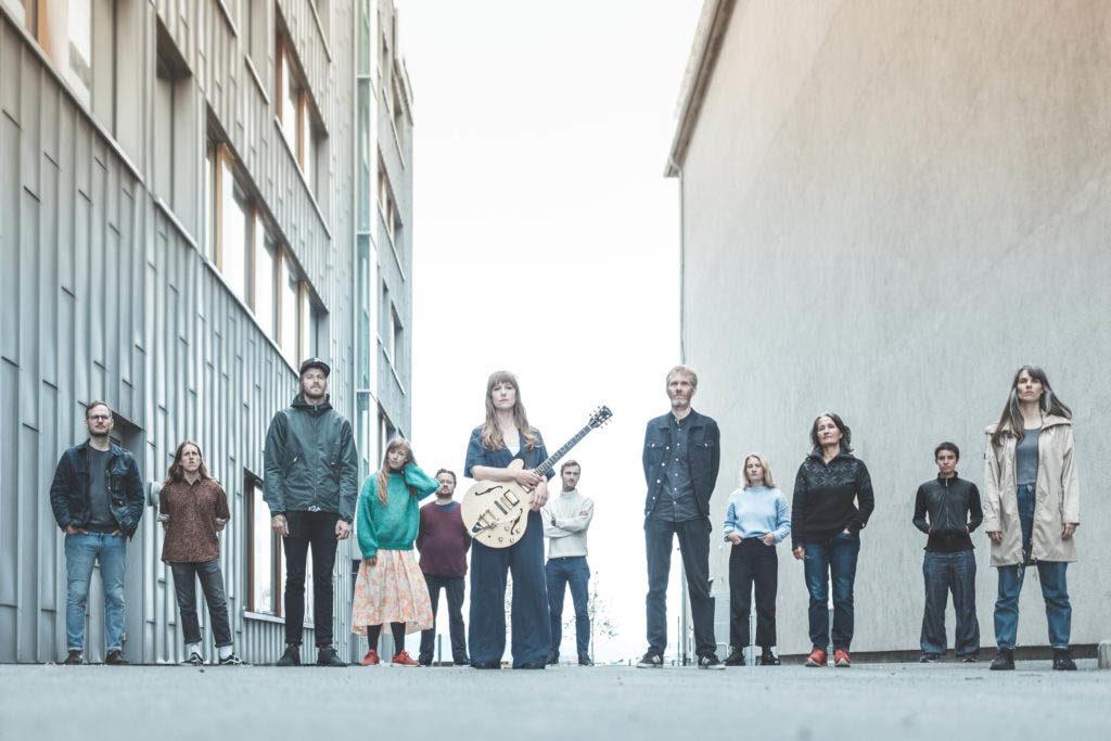 Hedvig Mollestad og Trondheim Jazzorkester spiller Mollestads verk «Maternity Beat» under Soddjazz lørdag 1. mai. (pressefoto)