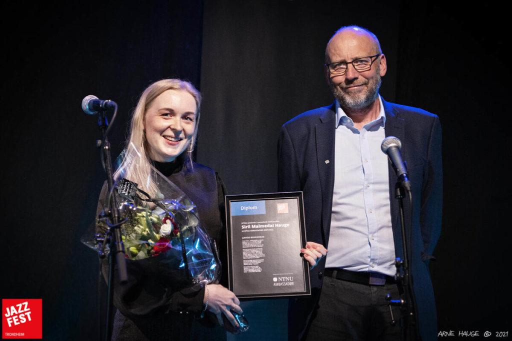 Siril Malmedal Hauge  og prorektor for forskning ved NTNU, Tor Grande, under tildelingen av NTNU-ambassadør for 2021. Foto: Arne Hauge