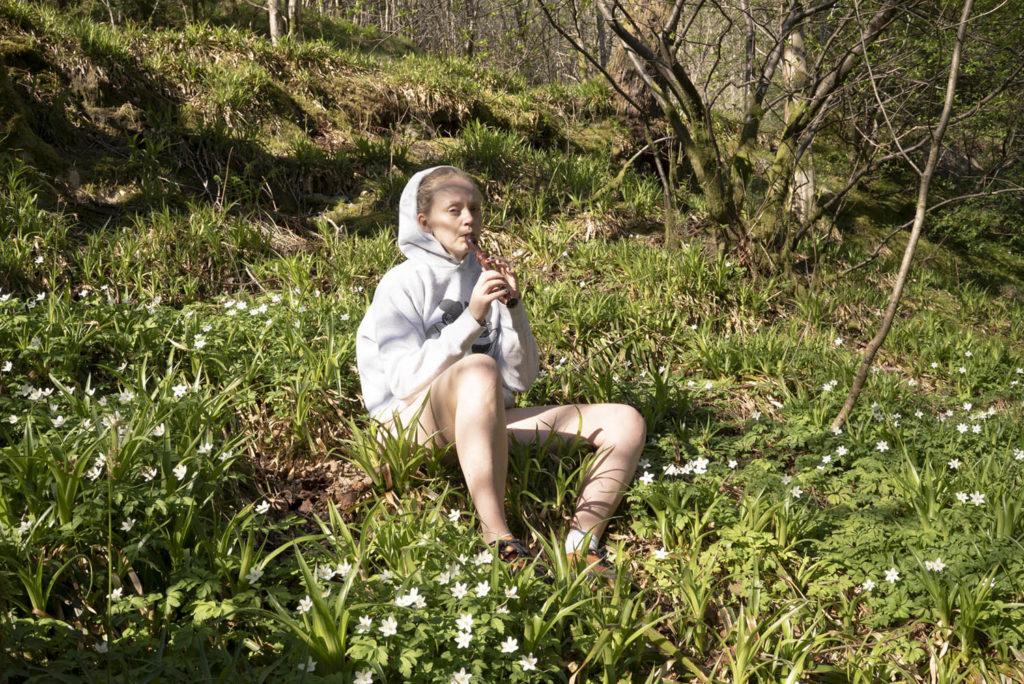 Vilde Tuv tar med lytteren ut i naturen og inn i sjelen på sitt nye album Melting Songs, hvor hun har byttet ut stemmen med en blokkfløyte. Foto: Kobie Nel