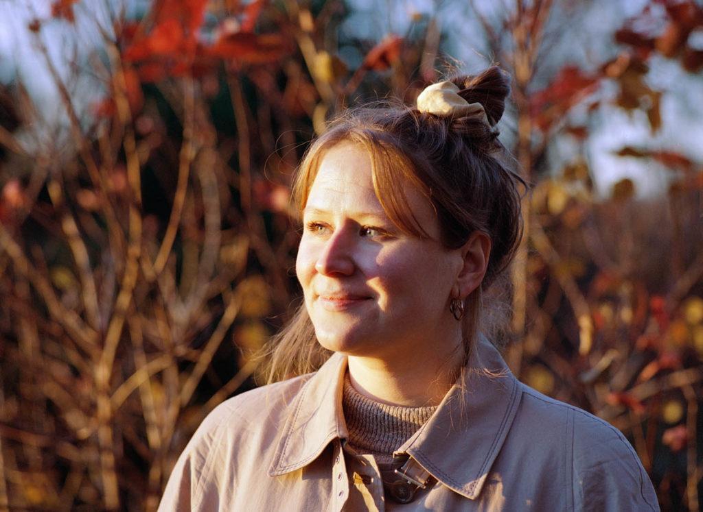 Karoline Wallace har gitt ut musikk med sine prosjekter Stiklinger, Lang vinter og Molecules & Erlend Skomsvoll, og har i tillegg skrevet for blant annet strykekvartett, storband, blåseorkester og kor. Foto: Jenny Berger Myhre