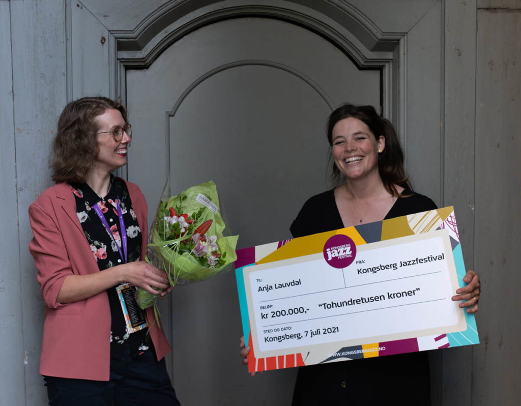 Festivalsjef Ragnhild Menes (til venstre) delte ut musikerprisen til Anja Lauvdal. Foto: Kongsberg Jazzfestival