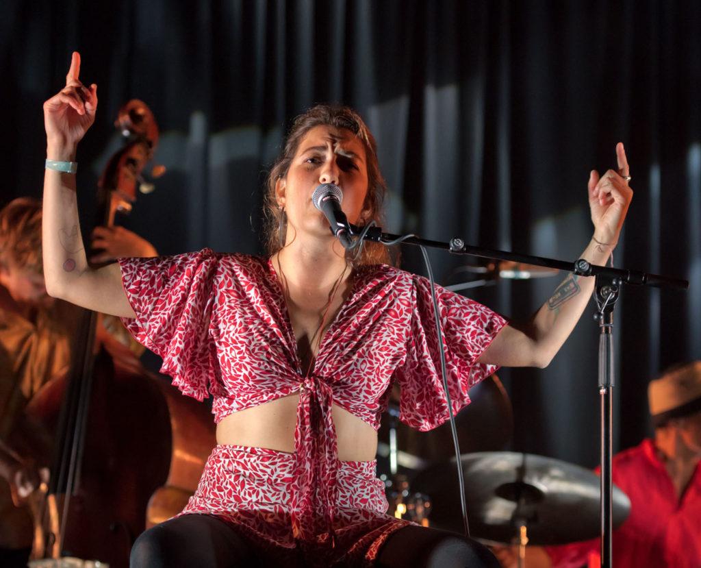 Marianna Sangita Angeletaki Røe på vokal og perkusjon i Joni Mitchell-hyllest. Foto: Tommy Neverdal/Sildajazz