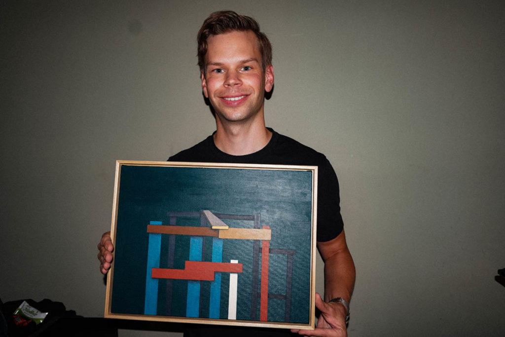 Kristoffer Kompen med årets pris, et verk av festivalkunstner Fredrick Arnøy. Foto: Peder Ebbesen/Oslo Jazzfestival