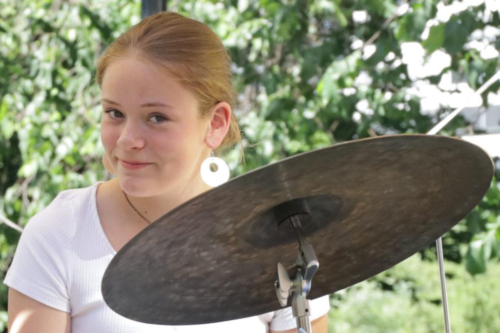 Trommeslager Una Stenbråten Harildstad har turnert internasjonalt med unge musikere fra ressurssenteret Improbasen. Under Kids in Jazz spiller hun på hjemmebane. Foto: Improbasen