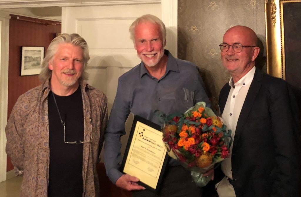 Rolf Grundesen flankert av daglig leder Jørn Størkson og styreleder Ragnar Nilssen