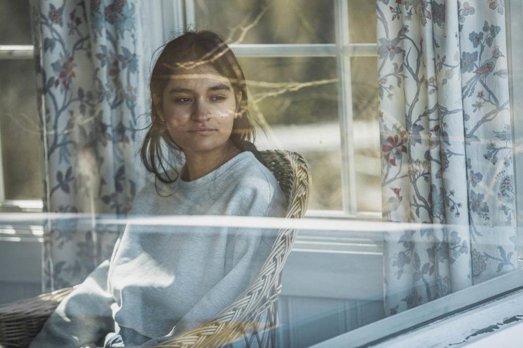 Daniela Reyes Holmsen er glad for at hun ikke kom med debutalbumet sitt før nå - og spår at fremtiden vil bestå av både eksperimenterende trekkspill og visesang. Foto: Sigurd Fandango