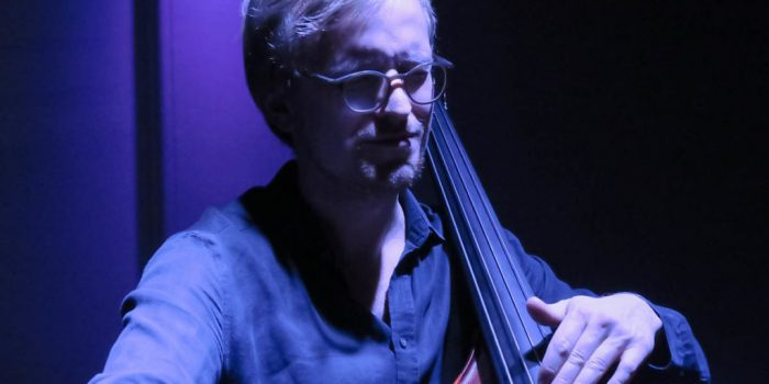 Akustisk velvære fra mann med bass