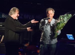 Jan Gunnar Hoff mottok Buddy 2013 av Tore Flesjø, daglig leder i Norsk jazzforum. (foto: Henrik Dvergsdal)