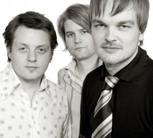 In the country anno 2005, i forbindelse med slipp av debutalbumet. Fra venstre: Roger Arntzen (bass), Pål Hausken (trommer og Morten Qvenild (piano).