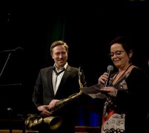 Styreleder i Norsk jazzforum overrakte Buddy-prisen 2015 til Håkon Kornstad (foto: Francesco Saggio)