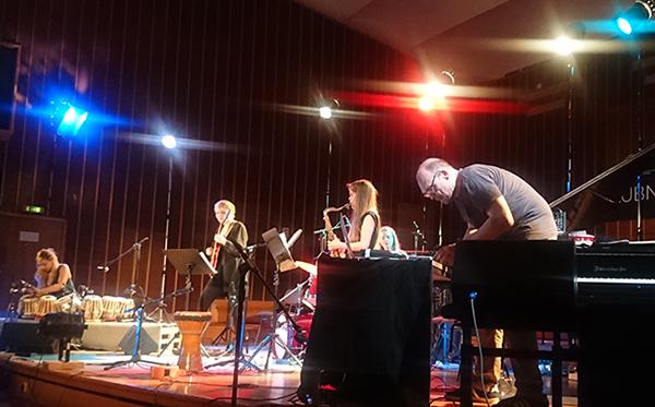 New Conception of Jazz 20 year anniversary edition, fra venstre: Sanskriti Shrestha (tablas), Oddrun Lilja Jonsdottir (gitar), Marthe Lea (saksofon), Siv Øyun Kjenstad (trommer), Bugge Wesseltoft (tangenter, elektronikk). (foto: Camilla Slaattun Brauer)