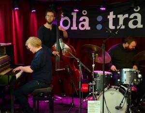 Kjetil Jerve Trio består av Kjetil Jerve (Ålesund) på piano, Julian Haugland (Evje) på bass og Tore Flatjord (Nannestad) på trommer. (foto: Reza Ahmadzadeh/MaiJazz)