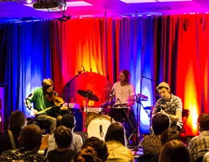 Foruten fiolinist Håkon Aase består Duetrost av gitarist Fredrik Karwowski og trommeslager Knærten Simonsen. (foto: Hans Christian Graaner/Kongsberg Jazzfestival)